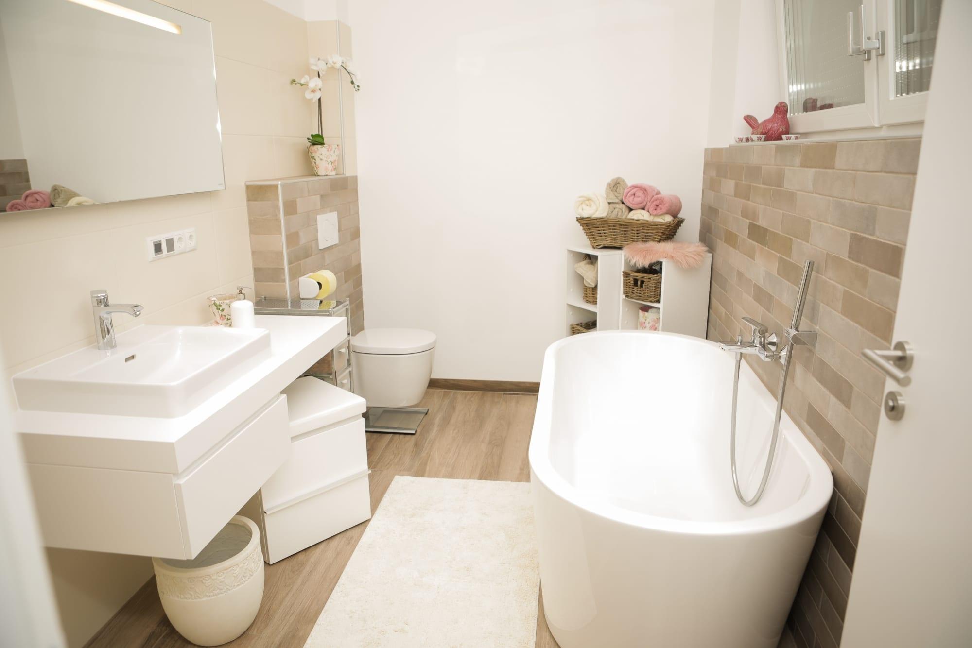 Badezimmer in weiß mit großer Badewanne vom Badexperten Strommer aus der Lipizzanerheimat
